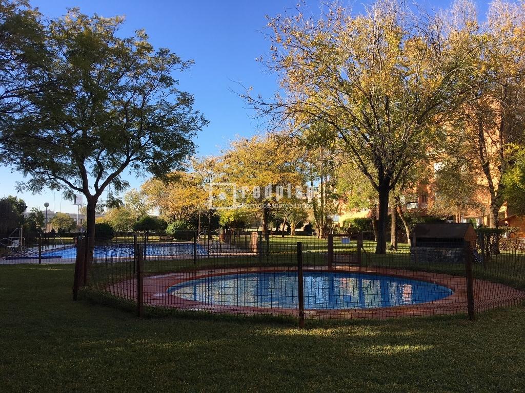 Piso en venta en calle hesperides 4 santa justa for Pisos con piscina en sevilla