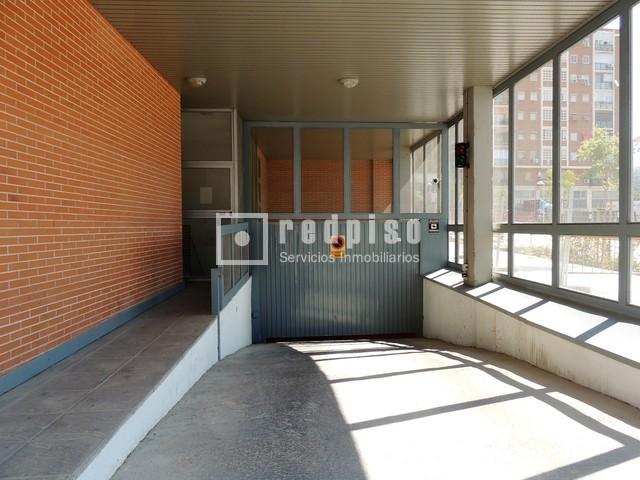 Plaza de garaje en alquiler en calle barrilero adelfas for Plaza de garaje madrid